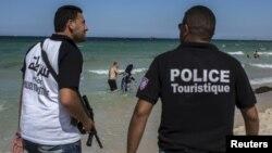 Cảnh sát tuần tra trên bãi biển ở Sousse, Tunisia, hôm 1/7/2015.