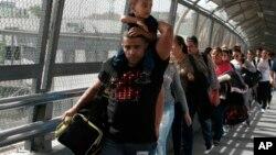 Мігранти з Куби на кордоні між США та Мексикою