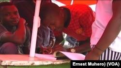 Des Bukaviens signent la pétition en plein air à Bukavu, RDC, 30 mars 2017. (VOA/Ernest Muhero)