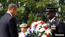 Presiden AS Barack Obama meletakkan karangan bunga di Korean War Veterans Memorial di kota Washington DC pada peringatan 60 tahun berakhirnya perang Korea (27/7).