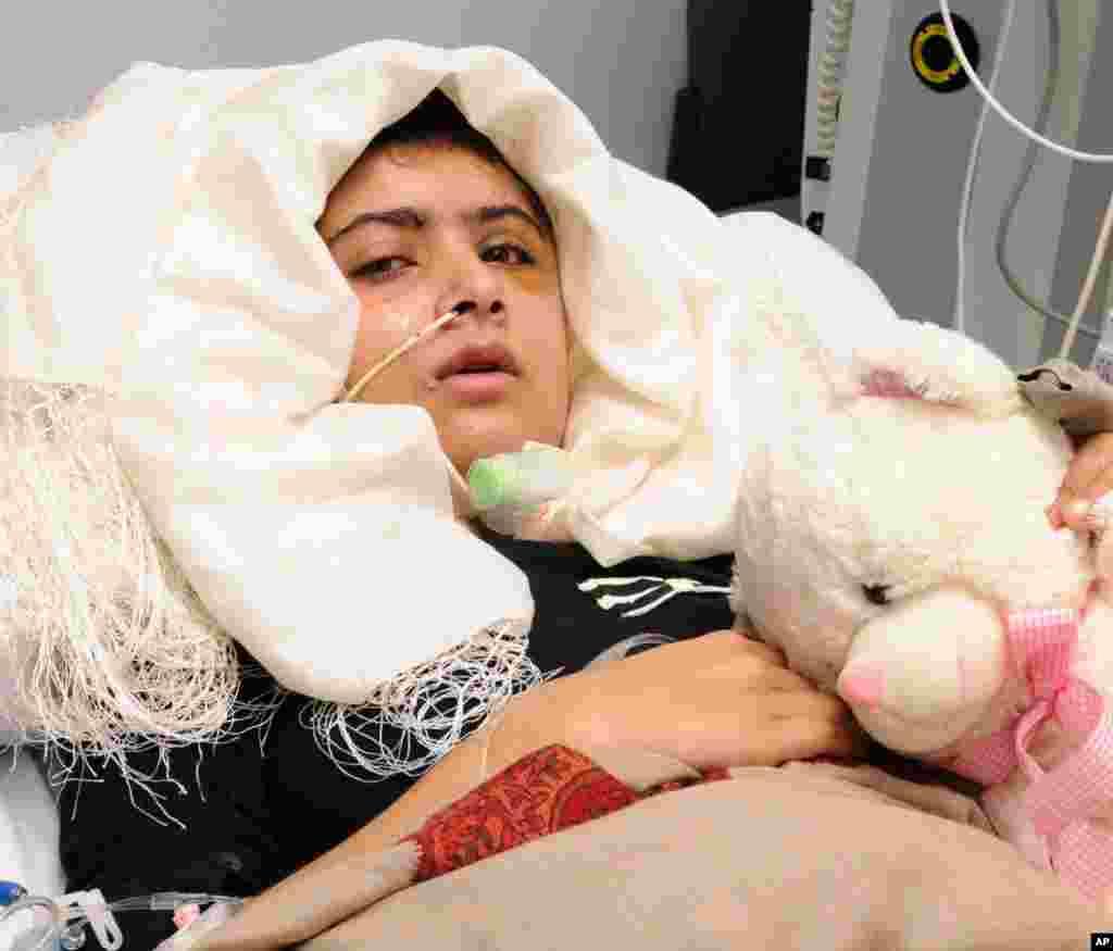 탈레반으로부터 총격을받고 영국의 퀸 엘리자베스 병원에서 회복 중인 파키스탄 소녀 말라라 유사프자이