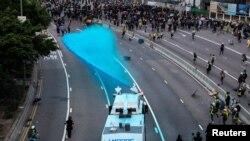 香港警察向反送中示威者发射水炮。(2019年9月15日)