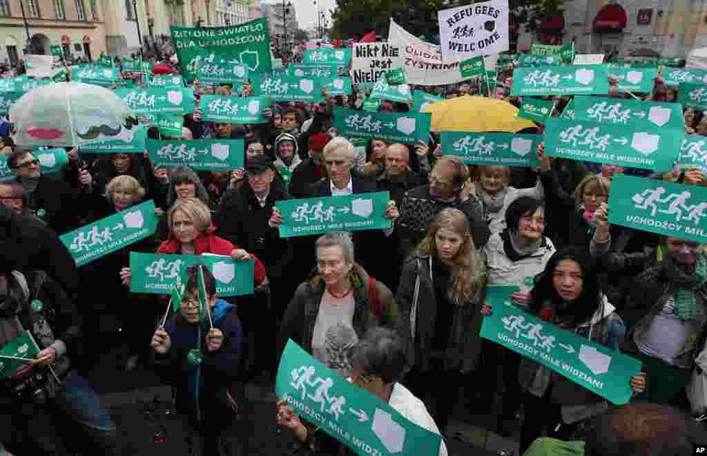 پولینڈ کے شہر وارسا میں ہزاروں افراد نے پناہ گزینوں اور تارکین وطن کے خلاف مظاہرہ کیا۔