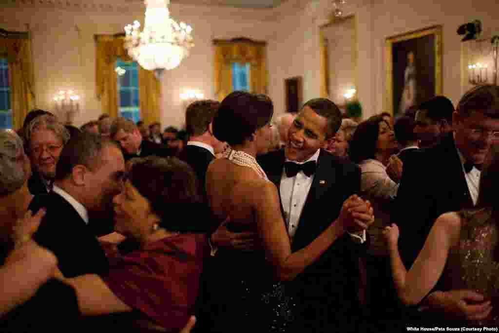 Barack et Michelle Obama lors du bal des gouverneurs, la première sortie officielle du couple, le 22 février 2009. (White House/Pete Souza)