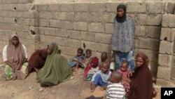 Anak-anak dan istri dari mereka yang diduga anggota sekte Boko Haram di Nigeria, menyusul penggerebekan di Kano. (Foto: Dok)