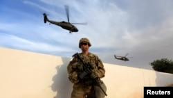 ABŞ hərbi qüvvələrinin əsgəri Mosul uğrunda döyüşlərin getdiyi zaman şəhər ətrafında Maxmur ərazisindəki hərbi bazada
