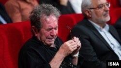 گریه داریوش مهرجویی در مراسم بزرگداشت عباس کیارستمی