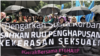 Ratusan orang, perempuan dan laki-laki dari berbagai kelompok, turun ke jalan-jalan protokol di Jakarta mendesak pengesahan RUU P-KS, 8 Desember 2018. (Foto: VOA/Rio Tuasikal)