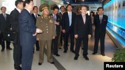 Đặc sứ Bắc Triều Tiên Choe Ryong-hae (giữa) đến thăm khu phát triển kỷ thuật và kinh tế Bắc Kinh, 23/5/13