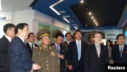 Đặc sứ Bắc Triều Tiên (thứ 2 từ trái) đi thăm khu phát triển kỷ thuật và kinh tế của Trung Quốc
