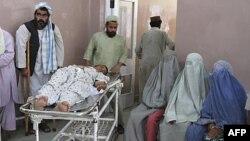 Người bị thương trong vụ nổ ở thị trấn Panjwai trong tỉnh Kandahar được đưa vào bệnh viện, ngày 24/5/2011