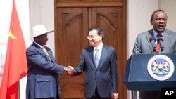 2014年5月11日,肯尼亚总统肯雅塔(右)、中国总理李克强和乌干达总统穆塞维尼(左)在内罗毕国宾馆与媒体见面。在这之前中国和非洲国家签署了修建铁路协议。