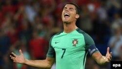 Cristiano Ronaldo célèbre après la victoire du Portugal, son équipe, en match de demi-finale de l'Euro 2016 contre le Pays de Galles, au Stade de Lyon à Lyon, France, 06 Juillet 2016. epa/ FILIP SINGER