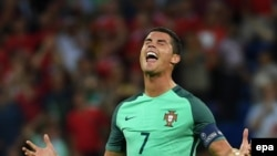 Cristiano Ronaldo célèbre la victoire du Portugal, son équipe, en match de demi-finale de l'Euro 2016 contre le Pays de Galles, au Stade de Lyon à Lyon, France, 06 Juillet 2016. epa/ FILIP SINGER