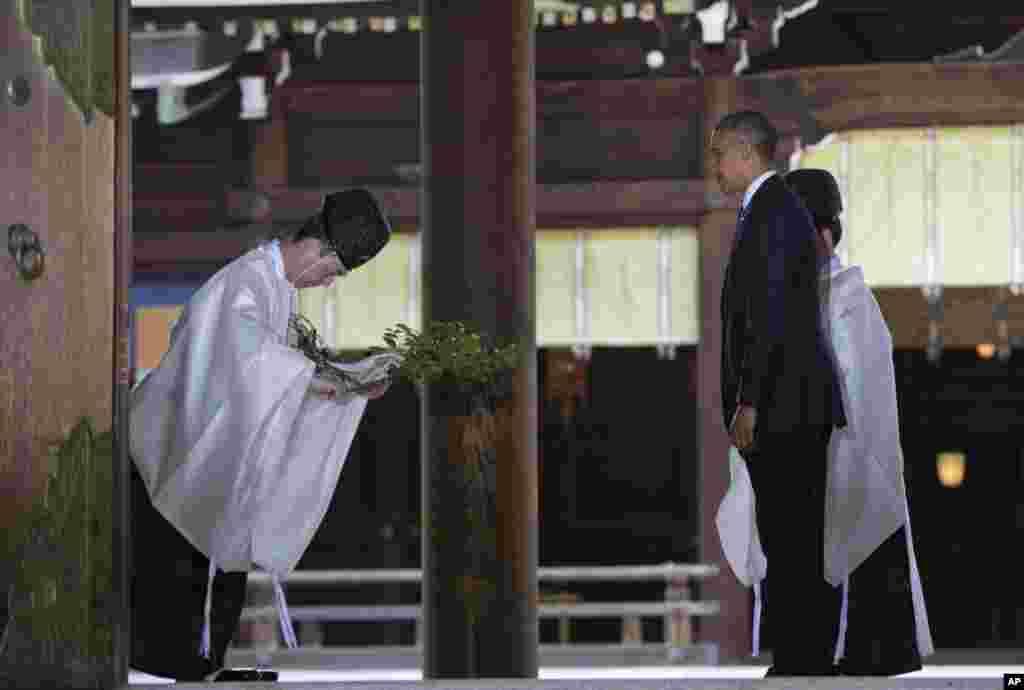 O Presidente Barack Obama é abençoado na sua passagem por Meiji Shrine em Tóquio, Abril 24, 2014.