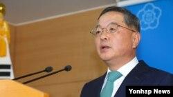 한국의 안대희 신임 총리 후보자가 22일 정부서울청사 브리핑룸에서 열린 기자회견에서 총리 지명 소감을 밝히고 있다.
