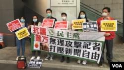香港立法會議員黃碧雲3月10日下午到警察總部抗議,要求警方約束前線警員侵犯新聞自由行為。(美國之音王四維拍攝)