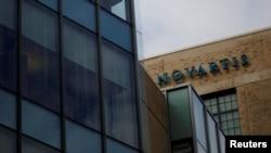 ປ້າຍທີ່ບອກອາຄານ ບໍລິສັດ Novartis ທີ່ມະຫາວິທະຍາໄລ Cambridge ລັດ Massachusetts. (28 ກຸມພາ 2017)