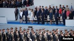 Presiden Donald Trump dan Presiden Perancis Emmanuel Macron menyaksikan parade militer Hari Bastille di Paris, Perancis, 14 Juli 2017.