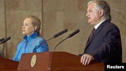 Armenian Foreign Minister Edward Nalbandian (R) and U.S. Secretary of State Hillary Clinton address a news conference following their meeting in Yerevan June 4, 2012.