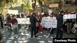 围观民众在法院外举牌声援冀中星。(网络图片)