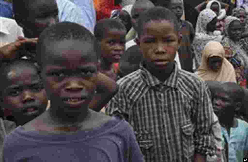 Jama'an da suka kauracewa gidajensu biyo bayan harin 'yan Boko Haram, sun samu mafaka a wata Makaranta, a Maiduguri, 9 ga Satumba 2014.