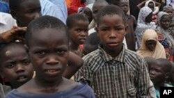 이슬람 무장단체 보코하람을 피해 도망한 사람들이 9일 나이지리아 마이두구리의 한 학교로 피신했다.