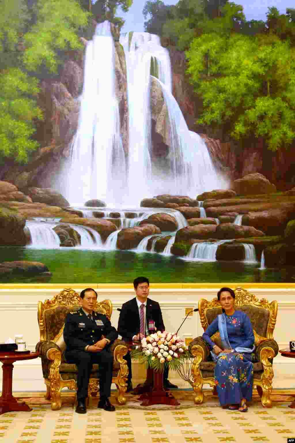 2018年6月15日,中国国防部长魏凤和在内比都会见缅甸国务资政昂山素季。 法新社的图片说明称魏凤和是中将,其实习近平之外的中国中央军委成员都是上将,1982年11月以来的中国国防部长也都是上将。中国国防部长是军人,而美国等不少西方国家的国防部长是文官。
