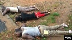 Trois corps de victimes des représailles de la police gisent sur le sol à Nyakabiga, Bumbura, Burundi, 12 décembre 2015. VOA