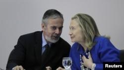El Canciller de Brasil, Antonio Patriota, conversa con la secretaria de Estado, Hillary Clinton, en Washington.