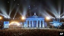 Bong bóng thắp sáng được thả bay lên trời trước Cổng Brandenburg trong buổi lễ chính kỷ niệm 25 năm Bức tường Berlin sụp đổ, ngày 9 tháng 11, 2014.