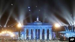 2014年11月9日,德国举行柏林墙倒塌25周年纪念活动。勃兰登堡门前数千个发光的白色气球在夜空中飘动