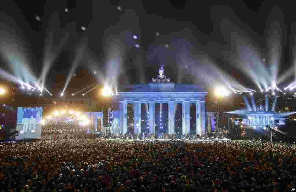 دیوارِ برلن کے انہدام کے 25 برس مکمل ہونے پر جرمن لوگوں نے خوشیاں منائیں۔