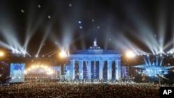 베를린 장벽 붕괴 25주년을 맞아 브란덴부르크 문앞에서 수천개의 하얀 풍선이 밤하늘을 수놓고 있다.