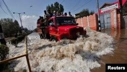 卡车运载灾民穿过街道上的积水,