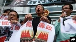2012年11月香港民主派示威,撕毁关于中共十八大的图片