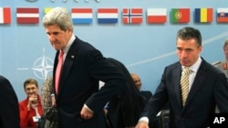 ამერიკის სახელმწიფო მდივანი ჯონ კერი და ნატოს გენერალური მდივანი ანდერს ფოგ რასმუსენი