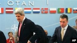Ngoại trưởng Mỹ John Kerry và Tổng thư ký NATO Anders Fogh Rasmussen trong cuộc họp tại trụ sở NATO ở Brussels, ngày 23/4/2013.