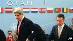 Džon Keri i Anders Fog Rasmusen na sasanku NATO-a u Briselu, 23, april, 2013.