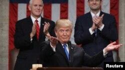 El presidente Donald Trump agradece los aplausos durante el discurso sobre el Estado de la Unión.