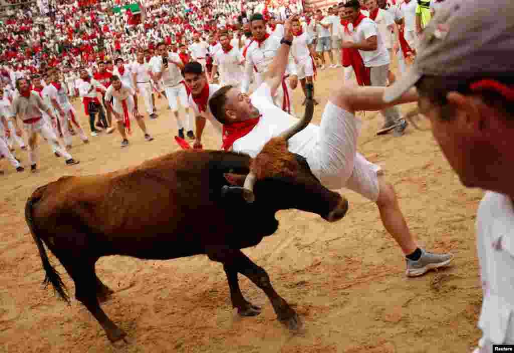 اس روایتی مگر جنونی دوڑ میں بھینسوں کو چھونے پر پابندی عائد ہوتی ہے اور بس جھانسا دے کر بچنا ہوتا ہے۔