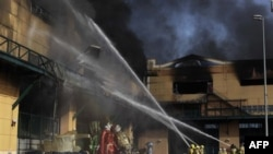 Ðội cứu hỏa cố gắng dập tắt lửa nhà kho trong thành phố Rio de Janeiro của Brazil