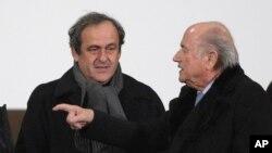 Le président de l'UEFA, sous le coup d'une suspension, Michel Platini, à gauche et le président démissionnaire de la FIFA Sepp Blatter, également suspendu, 16 décembre 2014.