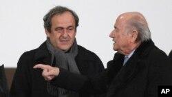 Le président de l'UEFA Michel Platini (à gauche) et le président Sepp Blatter, suspendus pour un paiement suspect qui est sous enquête.