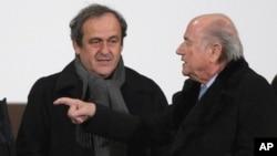 Michel Plaitini, président suspendu de l'UEFA, à gauche, discute avec Sepp Blatter, président démissionnaire de la FIFA, également suspendu.