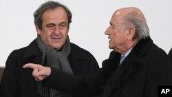 Presiden UEFA Michel Platini (kiri) dan Presiden FIFA Sepp Blatter berbicara dalam sebuah pertemuan Desember tahun lalu (foto: dok). Platini dan Blatter mendapat hukuman skors 90 hari dari FIFA.