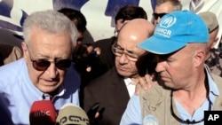 Đặc sứ Lakhdar Brahimi (trái) nói chuyện với các phóng viên trong chuyến thăm trại tị nạn Zaatari