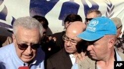 Lakhdar Brahimi, utusan PBB dan Liga Arab untuk Suriah (kiri) di Kemah Penampungan Pengungsi Zaatari di Mafraq, Jodan (Foto: dok). Brahimi bertemu Sekjen PBB, Ban Ki-moon menjelang sidang umum PBB guna membahas solusi penyelesaian konflik berkepanjangan di Suriah.