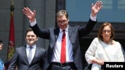 Presiden baru Serbia, Aleksandar Vucic, melambai kepada para pendukungnya usai upacara pelantikan di Beograd, Rabu (31/5).