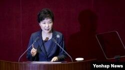 박근혜 한국 대통령이 27일 국회 본회의장에서 2016년도 예산에 대한 시정연설을 하고 있다.